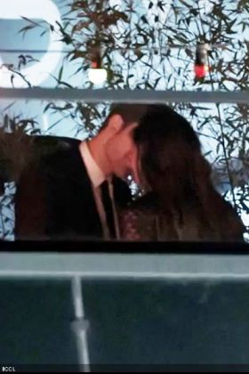Robert-Pattinson-and-Kristen-Stewart-were-spotted-having-a-long-coupley-kiss-at-a-nightclub-in-Cannes-finally-putting-speculations-of-their-off-screen-relationship-to-rest
